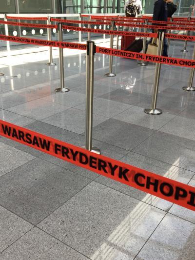 乗り換えのワルシャワ空港。20年前の旧共産圏の寒々しい感じはよくも悪くも払拭され、Dean&amp;Delca や Paul が並ぶシャレこいた場所になっててビックリ! <br />