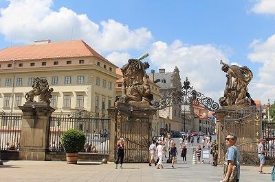 プラハ城を出て、フラッチャニ広場へ。『ギガントの門』とよばれる正門が見えます。見張りの衛兵さんは、門の外側の巨人の下です(この写真には写っていません)。