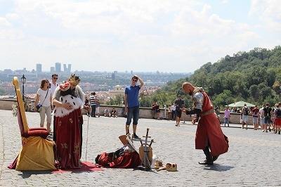 2009年にオバマ元大統領が「プラハ演説」を行なった広場では、なにかの大道芸が。