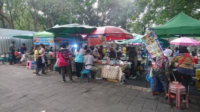 朝屋台です。<br />食べ物だけではなく、雑貨も売っています。