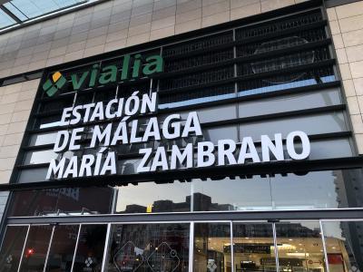 マラガからバルセロナに電車で移動します。<br />宿泊していたホステル『Feel Hostels Soho Malaga』からマラガ駅までは、歩いて10分くらい。<br /><br />立派な駅ですね。