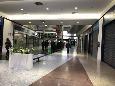 駅構内のお店はまだオープン前。<br />昼間に利用するのであれば、電車に乗る前にショッピングも楽しめそうです。