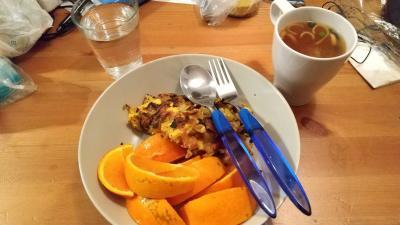 8時、朝食にスペイン風オムレツ(自炊)、味噌汁(インスタント)、オレンジを食べました。9時頃に宿(隣町のメストレにある)を出発して、バスでヴェネツィアまで向かいます。