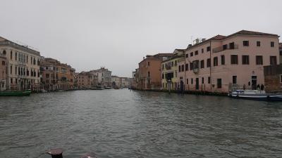 ヴェネツィア到着後は、水上バスでブラーノ島に行きました。サンタルチア駅前で水上バスに乗って、確か、2回乗り替えました。<br /><br />水上バスにも○○線というのがあって、Googleマップで検索すれば乗り換え案内が出てきます。ただ、水上バスは必ず定刻より大幅に遅れるので、Googleマップで乗り換え先として指示された○○線に間に合うことはなかったです。