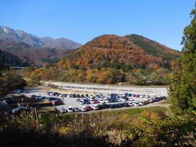 岐阜県側の白川郷「萩町合掌造り集落」に到着。<br />せせらぎ公園駐車場は既に満車になっていたので、<br />庄川の反対側にある「みだしま公園臨時駐車場」に車を停めました。