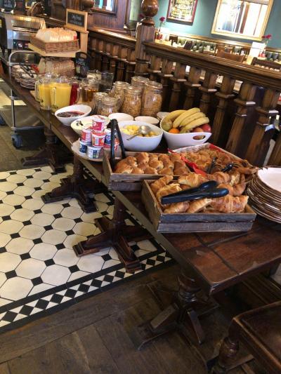 Good morning!<br /><br />ホテルの朝食会場の開始時間が遅く、食べる時間がないので、朝食準備中のスタッフにお願いして、バナナやパン、ヨーグルトなどをもらって、部屋で食べました。<br /><br />この後行く、エリザベス女王生誕パレードは、一旦陣取るとそこから動けず、長時間トイレに行けないと聞いてたので、水分は控えめに。