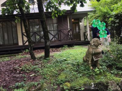 貸別荘の前で記念撮影。お世話になりました。