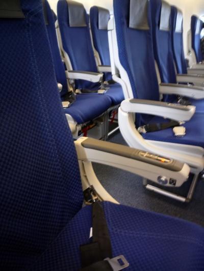 福岡から新千歳空港まで、やはりコロナの影響なのか機内ガラガラです。