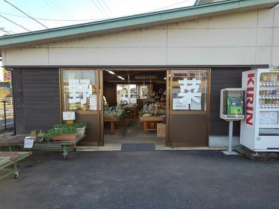 鹿沼農協のお店で、地元野菜などのお買い物。<br /><br />12月になるとシクラメンの鉢も並ぶのですが、まだ菊の切り花などでした。<br />