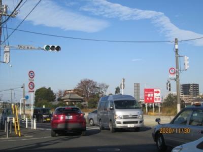本覚寺近くの中交差点。本覚寺から右折してセントラルパーク駅へ向かいます。