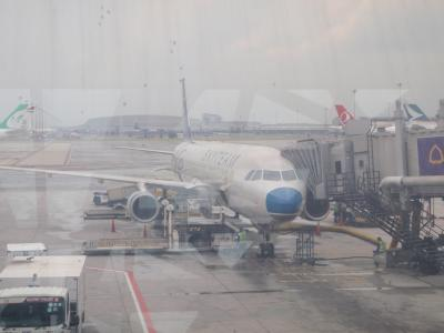 2フライト:BKK→SGN VN600 A321 11:20→13:00(01H40)<br />搭乗前日にウェブチェックインの手続きを行ったためか、空港での手続きはスムーズでしたが、BKKの出国審査でマナーを無視する国の団体旅行さんが出国カードを提出することなく出国しようとして大騒ぎ!そして大混雑!セキュリティチェックでも!おかげで結構な時間がかかりました。離陸する頃には、雨も小降りになって無事に出発できました。<br />  ○ 料金:12,000円(小計:908,150円)<br />  ○ フライトマイル:445マイル(累計:3,124マイル)<br />