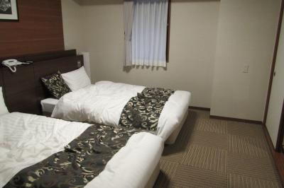 こちらは和洋室のベッド部分<br />部屋のお風呂が広くて良かったです<br />ベッドの部屋からトイレまでに1段段差があって<br />夜そこによく足をぶつけました<br />暗い時は注意です