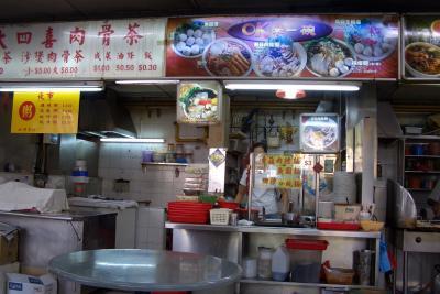 近くのフードコートでラーメン(小椀麺)を食べることにした。味は文句なく安値で具たくさんの料理が出てくるのでうれしい。