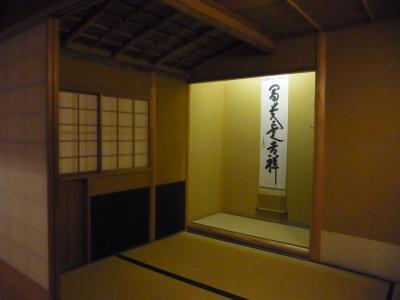 大英博物館は、コレクションがあまりに膨大だ。時には、ここで見たものが大英図書館に移されるものもある。ザ・ビートルズの手書きの歌詞let it beなどは、昔は大英博物館で見たのだが。。<br /><br />この茶室は日本企業の寄贈だったと思う。日本関係の展示室は、5階(level 5)にある。なお、日本の工芸品の類は、「ヴィクトリア&amp;アルバート博物館<br />Victoria and Albert Museum」にもかなり展示してある。
