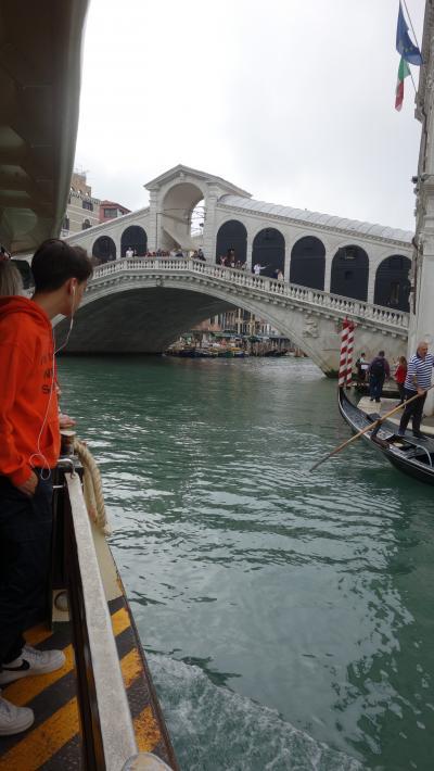 ホテルからヴァポレットに乗り、リアルト橋に移動。毎日ココが起点です。