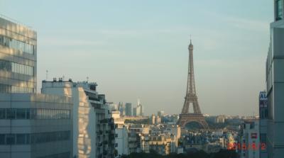 朝起きて早速エッフェル塔を拝みます。