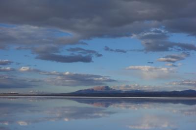 昼間、天空の鏡を見た後、一度ホテルに戻り、夕刻ウユニ塩湖にやってきました。