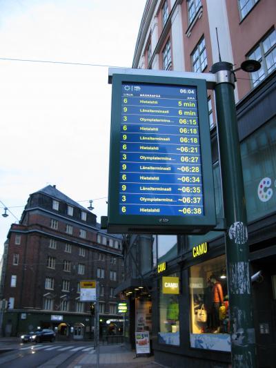 ヘルシンキ中心部からランシ・ターミナルへはトラムで。<br /><br />宿の近くにあるトラム乗り場には、このように路線ごとの行き先と出発時間が表示されていて便利。<br /><br />ランシ・ターミナル行きは9番のトラムで、到着まであと6分(到着時間6時10分)となっていますね。