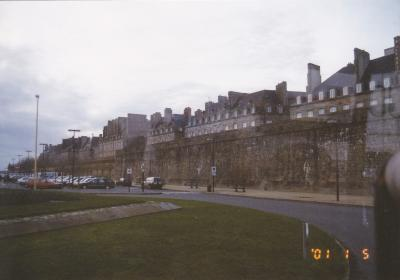 高い城壁に囲まれた旧市街には古い石造りの建物がたくさん残っています。