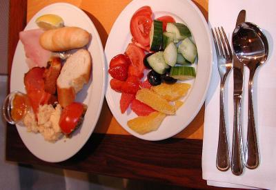 第3日目(11/20・日)<br />6:00 起床。6:40 朝食。7:00 荷出し。8:00 チェスキークルムロフに向け出発。<br /><br />朝食はしっかりと食べている。ホテル・マリオット・プラハは食材に野菜と果物が豊富。パン、ハム、ソーセージも美味い。<br />ロケーションも良かった。<br /><br />プラハを8:30に出発。   <br />