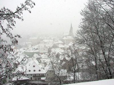 9:30 トイレ休憩。11:00 チェスキー・クルムロフ着。<br />猛吹雪の中、バスを降りヴュースポットのチェスキー・クルムロフ城の横に来たら、肝心の市街の景色も霞んで・・・。聖ヴィート教会の塔が微かに・・・。