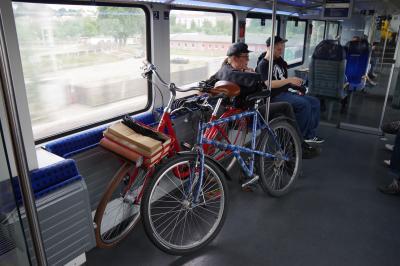 レスニッツグルント鉄道の蒸気機関車に乗った後、<br />ラーデボイル・オスト駅からSバーンに乗ってドレスデンに戻ります。<br />ドイツの鉄道の車内には自転車用のスペースがあることが多いです。<br />