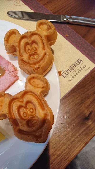 次の日朝はホテルのレストラン。ドラゴンウィンドで朝食。キャラクターグリーティングです。ミッキーワッフル可愛いです。