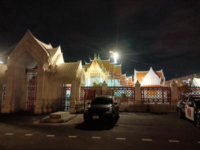 大理石寺院ワット・ベンチャマボピットの入り口<br />煌々とライトが点いてます