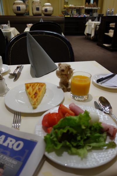 ホテルでの朝食<br /><br />このホテル、いつも朝からケーキが並んでました