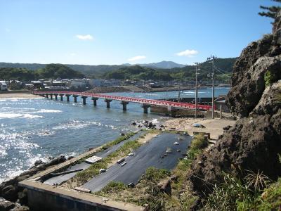 台風一過で大変快晴です。<br />八乙女をチェックアウトしてから 由良海岸を散策してみました。これは、東北の江ノ島と呼ばれる白山島への桟橋です。
