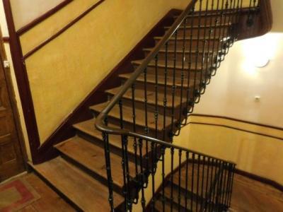 9時、オスタル・コマーシャルを出発する。建物はすこぶる古くて、ヨーロッ映画でこんなすり減った階段の途中でスパイが撃ち合うシーンを思い描く。そんな時の定番はこの階段の隙間から誰か落ちてくんだ。宿泊料も安いしオーナーも良い人なので来年、またマドリッドに来るかも知れないので、そしたらまた泊まりたいな。