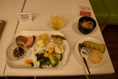 石垣&amp;竹富島編からの続きです。<br />https://4travel.jp/travelogue/11718377<br /><br />この日は西表島へ移動。<br /><br />朝8時台だったかな?のフェリーで西表島に向かうので、朝一で朝食に。<br />ベッセルホテル石垣島の朝食は安ホテルの割には充実。<br />沖縄料理中心にいただきました。<br /><br />朝食を食べたらフェリーターミナルから西表島へ。<br />天気が悪く上原港は欠航のため、大原港からバスで今回のホテルへ。