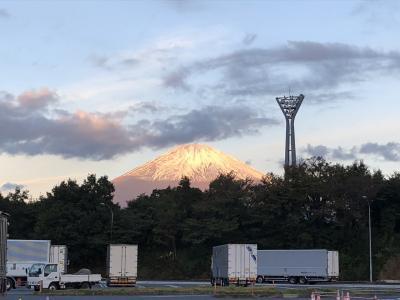朝5:00に出発して足柄サービスエリアに来ました<br />今回は富士山を見ながら上高地に向かいます<br /><br />写真は朝焼けに染まる富士山♪