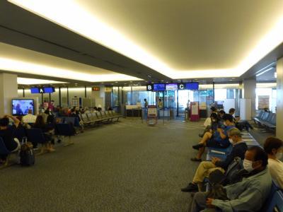 が! しかし!!<br />いつも通り何の迷いもなく第三ターミナルへ向かったら<br />なんとpeachは第一ターミナルに移動していた!!<br />大急ぎで第1ターミナルへ<br />ギリギリ間に合った!!<br /><br />結構混んでいます