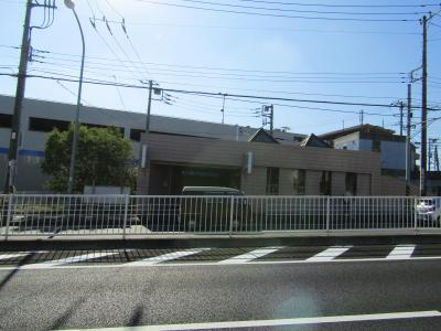 踊場駅(南側)。円錐屋根が2つ。