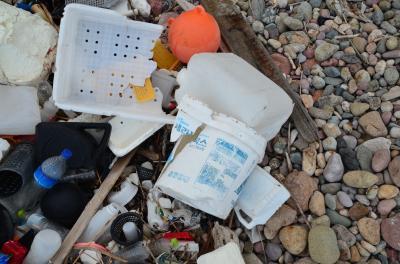漂着ゴミの1/3以上にハングル文字が表示してあった。残りは国籍不明であった。誰が見ても生産国がわかる物を平気で海に捨てる朝鮮国民とはどのような民族なのであろうか。