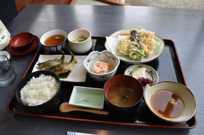 店内はいたって普通の観光地向けのレストランです。しかし、料理はすごく美味しかったです。天ぷら含む鮎以外の料理は鮎を引き立てるために主張控えめの味で、主役である鮎も素材の味を引き出すために余分な塩や味付けを一切せずに、画像中央下にある横長の受け皿に入っているお酢を、お好みでつけるような設計に作ってあります。<br />とても美味しいことが伝わりましたか?<br />