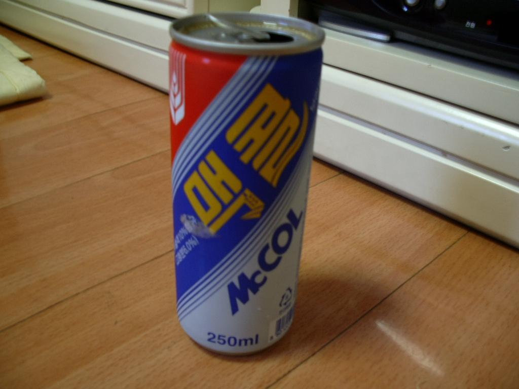 「メッコール」というコーラ似の飲み物です。<br />けっこう癖