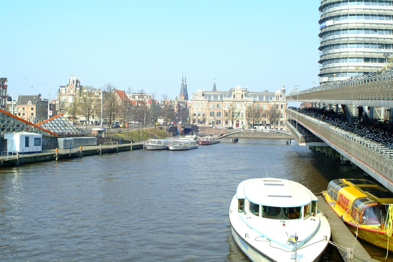 アムステルダム中央駅前の運河