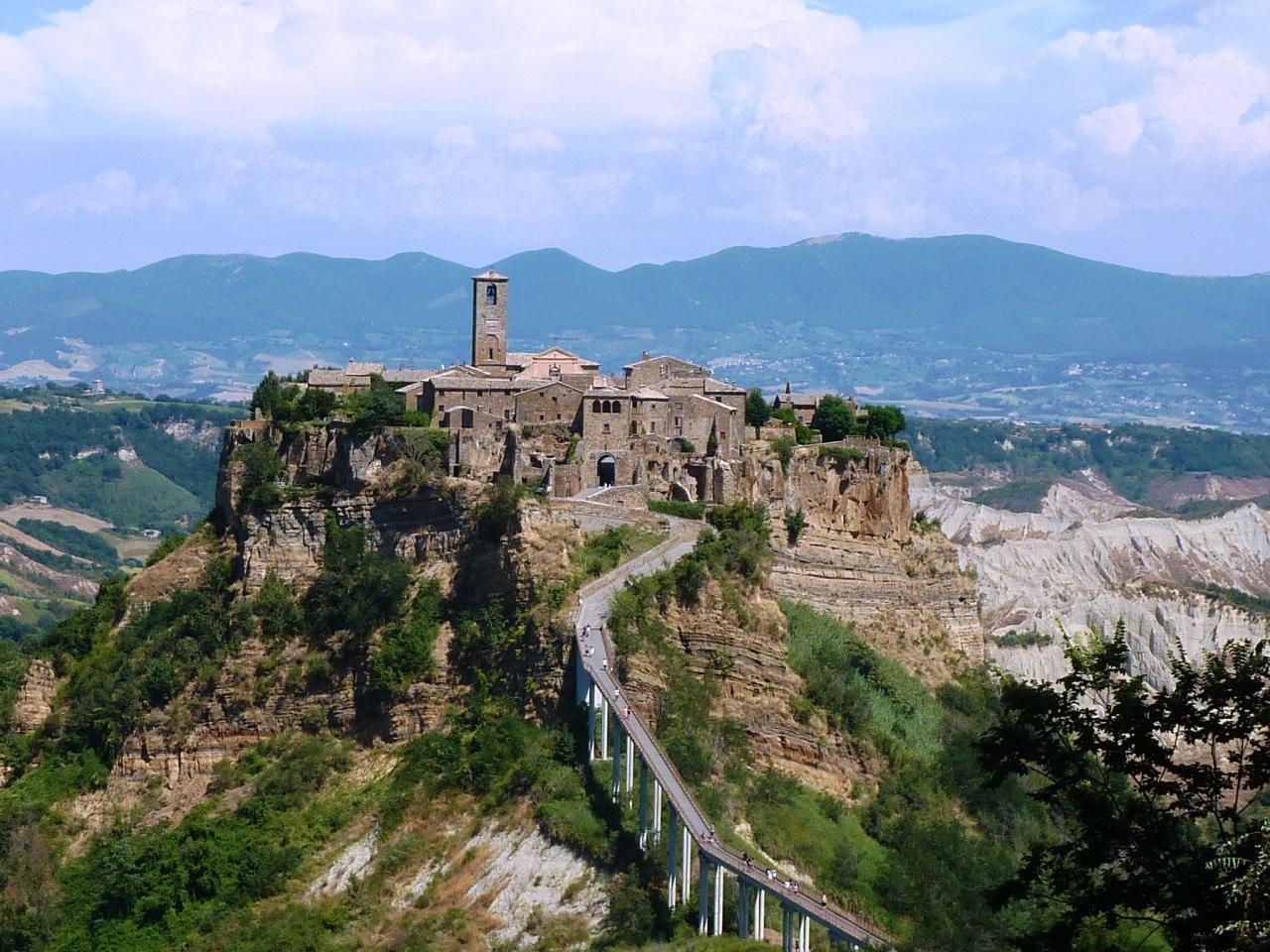 """チヴィタ ディ バニョレージョ - 長い橋の先、断崖絶壁の上に佇む""""天空の町"""""""