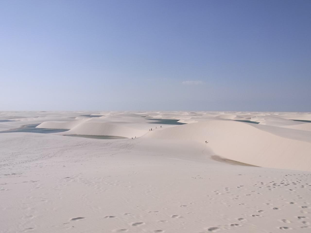 レンソイス マラニャンセス国立公園 - 真っ白に輝く広大な砂丘が一面に広がる