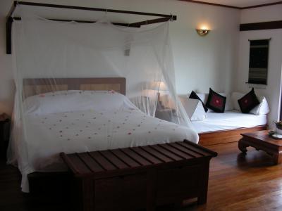 天蓋付きのベッドに花びらが素敵なプーバオ
