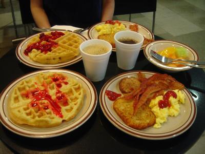 無料の朝食。ワッフルが美味しい。