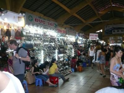 日本人に高値で売る店もある