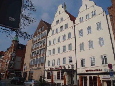 白い建物左がホテル入り口、右の一階がレストラン