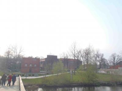 左奥に見えるのが駐車場(ホテル南方の橋から)
