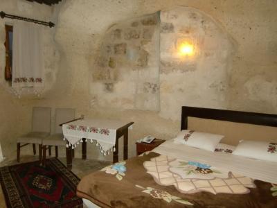 ベッドがあるメインルーム。ストーブはあるがやや冷える。
