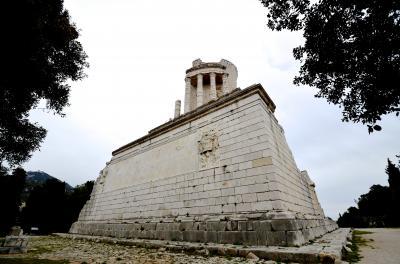 アルプスのトロフィーはローマ遺跡ファン必見