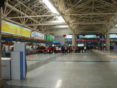空港からは30分程度。国際便が少ない。香港へは充実。