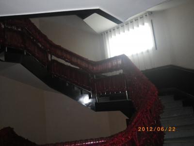 エレベーターはないので、上の階に上がるのはこの螺旋階段のみ